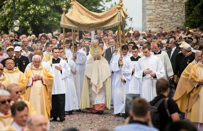 Процессия верующих на Краковском рынке